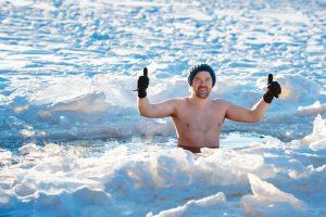 morsowanie mężczyzna zanurza się w lodowatej wodzie