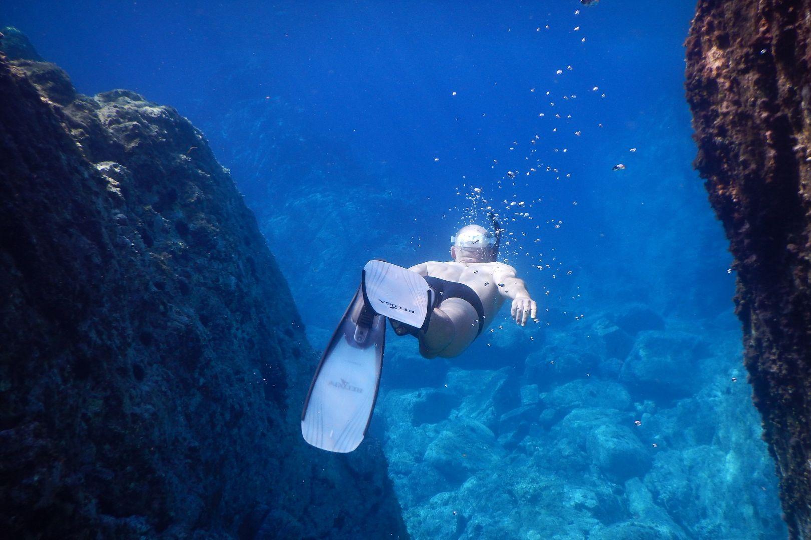 nurkowanie między skałami na Sardynii we Włoszech