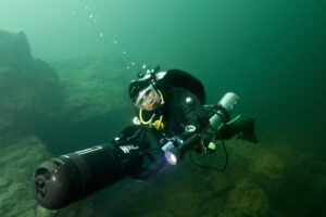 Nurek ze skuterem podwodnym na Zakrzówku