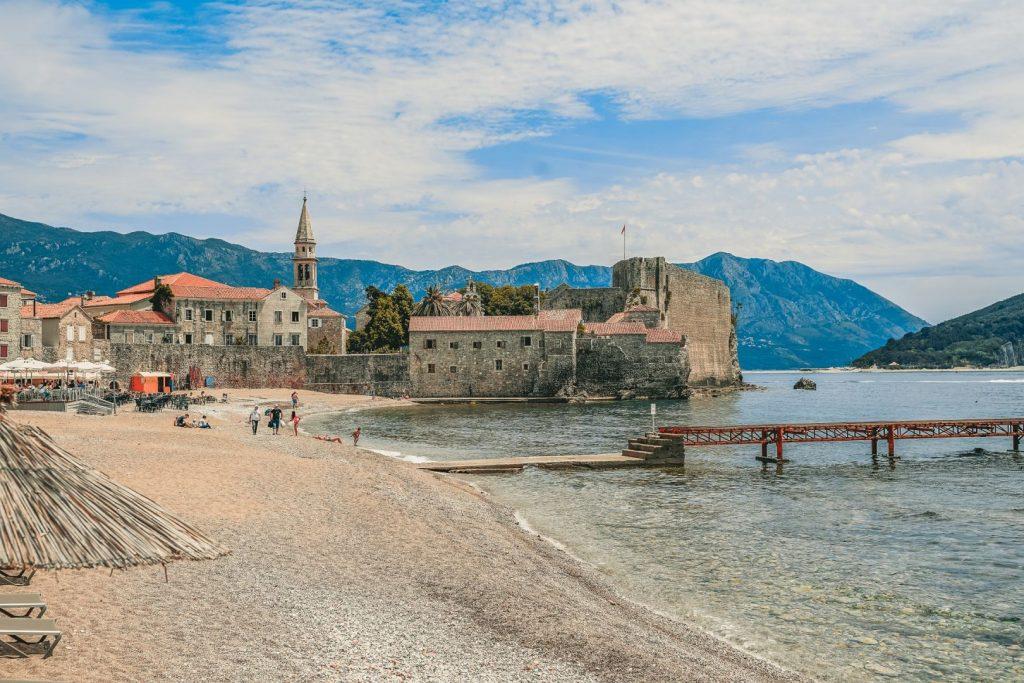 Wybrzeże Czarnogóry piaszczysta plaża ze starym weneckim miasteczkiem