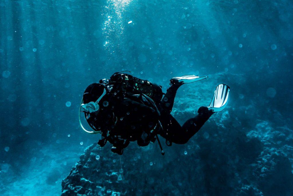 Nurkowanie z butlą pod wodą przy skałach w Ulcinj