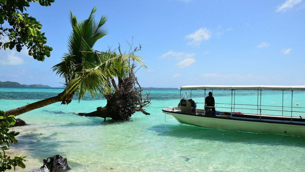 Luzurowy ocean i łódż motorowa na Palau