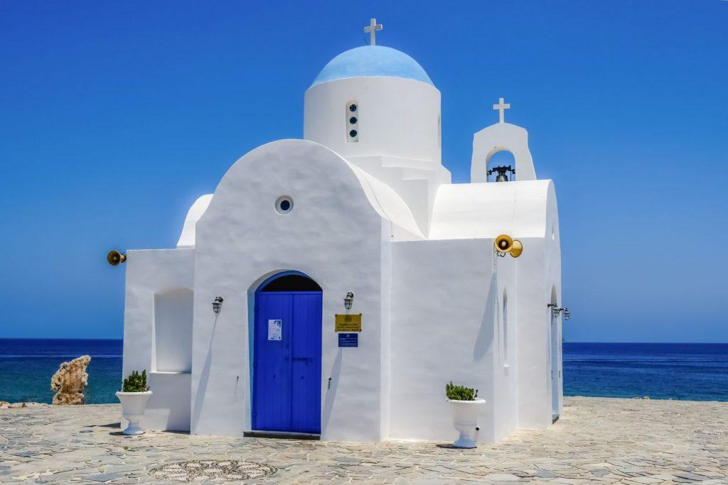 Biały kościółek na wybrzeżu na Cyprze