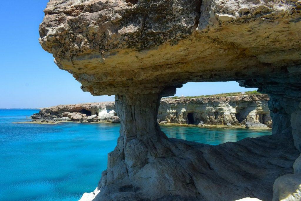 Widok na morze i formacje skalne na Cape Greco