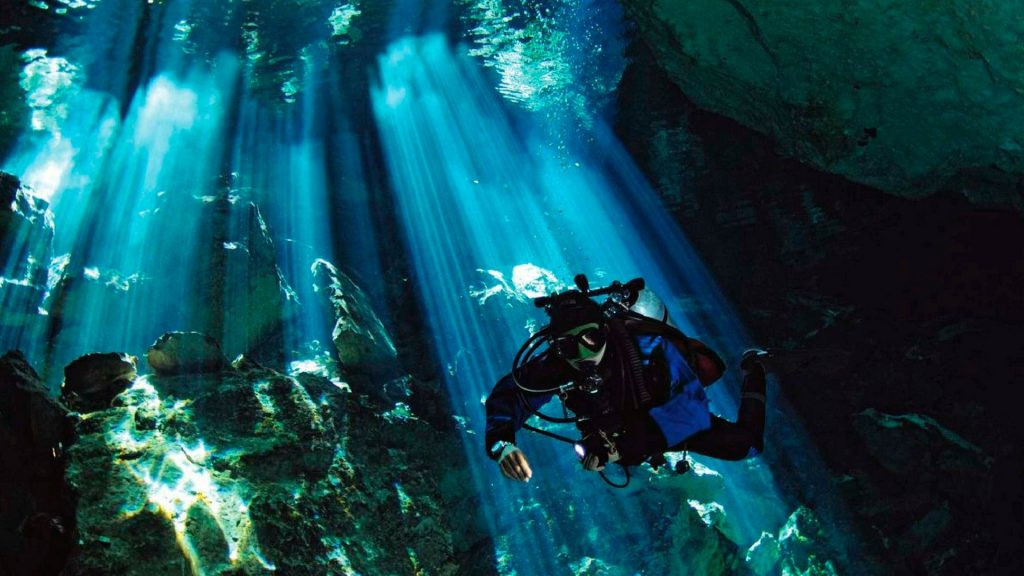 Nurek podczas nurkowania w cenocie na półwyspie Jukatan w Meksyku