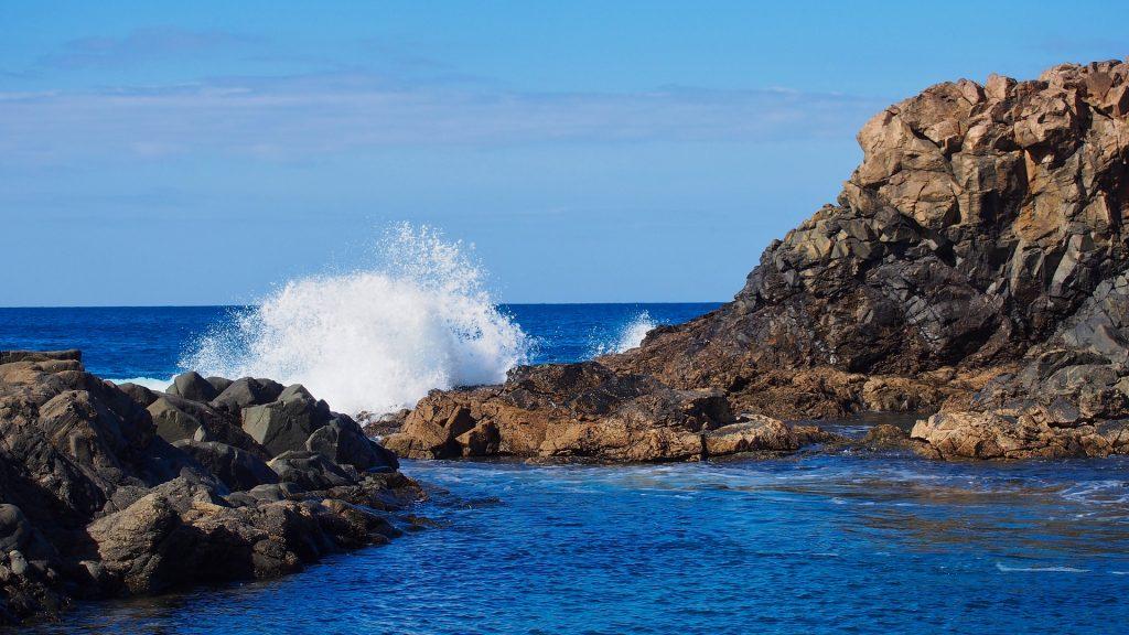 Fale Oceanu Atlantyckiego rozbijają się o skaliste wybrzeże Fuerteventury