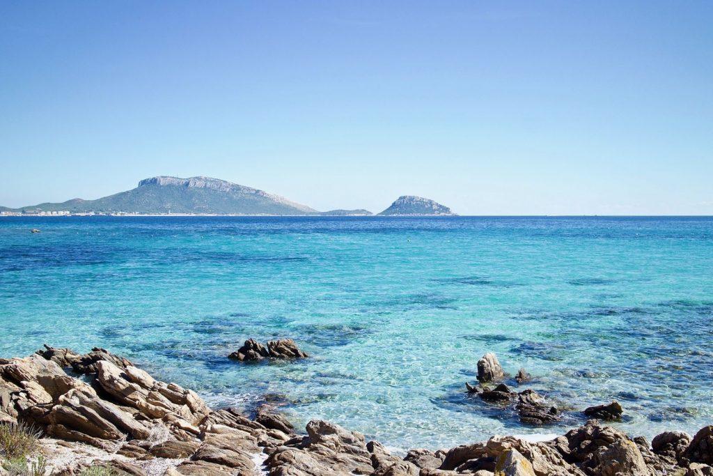 skały wystające z Morza Śródziemnego na wybrzeżu Sardynii