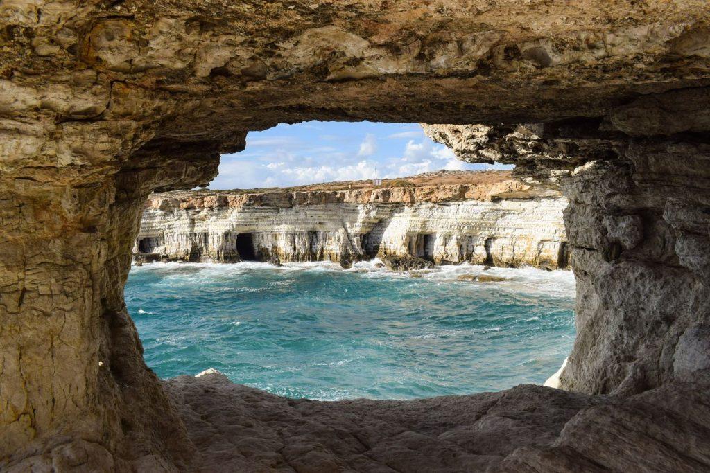 Morskie jaskinie na przylądku Cape Greco