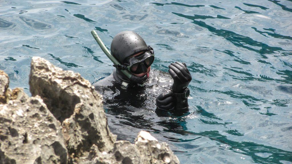nurek na powierzchni wody po nurkowaniu na Cape Greco na Cyprze
