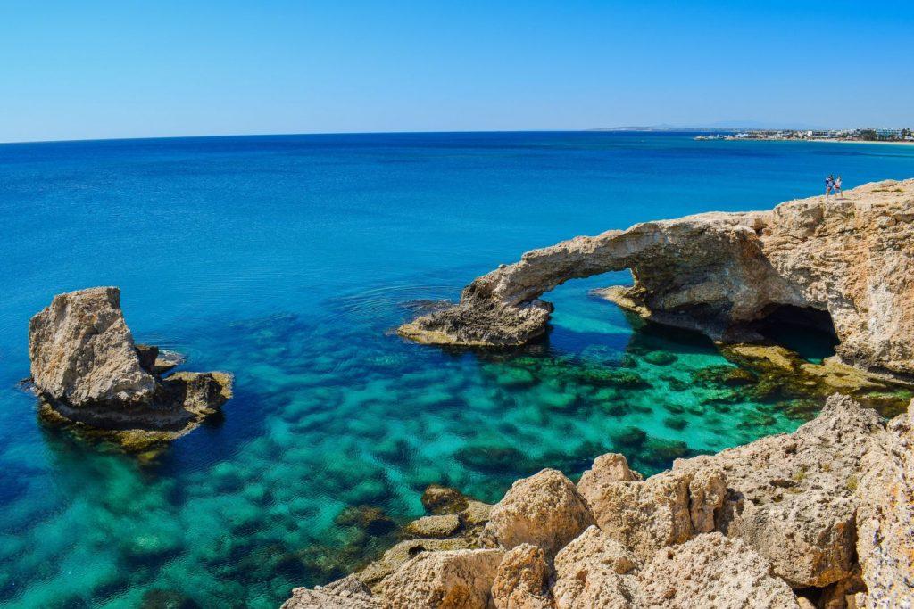 Widok na Skałę Afrodyty i lazurowe morze na Cyprze