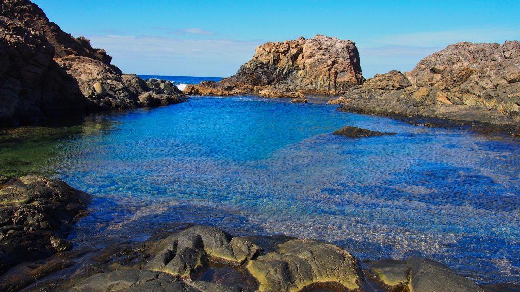 Skaliste wybrzeże Fuerteventury jednej z Wysp Kanaryjskich