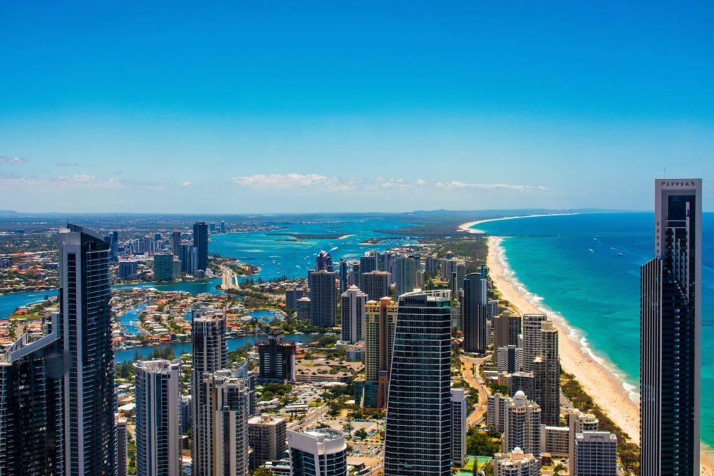 Widok na wieżowce oraz piaszczystą plaże i ocean